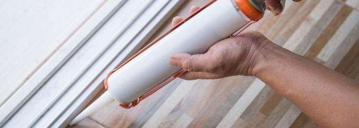 PVC Sockelleisten kleben andere Idee Silkon verwenden (Foto: Shutterstock - noprati somchit)