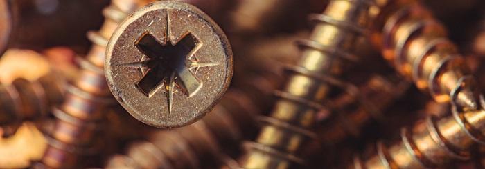 PVC Sockelleisten kleben mit diesen Schrauben ganz einfach (Foto-Shutterstock: Colorshadow)