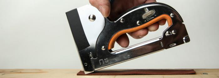 Sockelleisten befestigen Clips oder mit dem Tacker befestigen aber Vorsicht beim Benutzten.(Foto-Shutterstock: Petr Smagin )