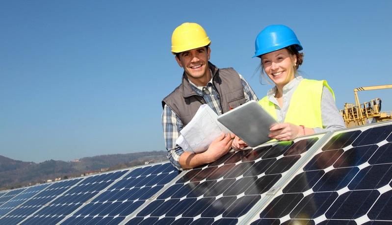 Der Vermieter des Dachs wird am Jahresertrag der Anlage beteiligt, was meist mit vier bis sechs Prozent vereinbart wird. (Foto-Shutterstock: goodluz_)