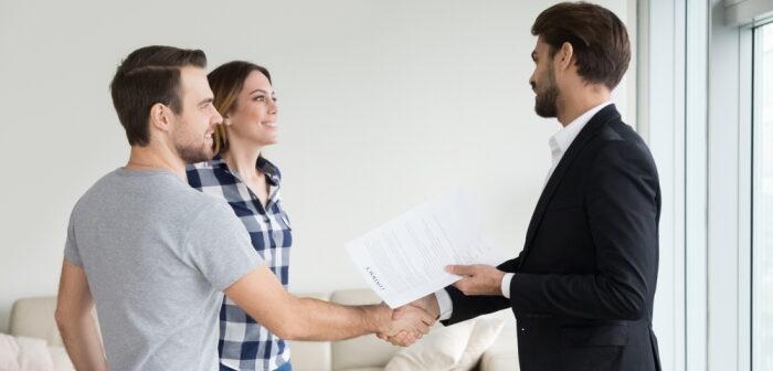 """Das """"Wohnungsübergabeprotokoll Formular"""" – Tipps für Ein- und Auszug (Foto: Shutterstock - fizkes)"""