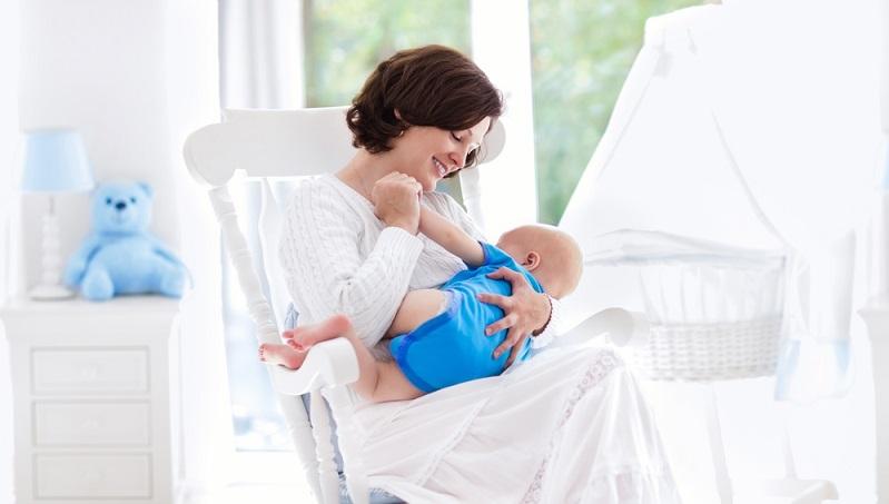 Ein kuscheliges Plätzchen, an das sich Mutter und Kind zum Stillen zurückziehen können, wird vor allem dann besonders wichtig, wenn im Haus allgemein großer Trubel durch Geschwisterkinder herrscht. ( Foto: Shutterstock- FamVeld )