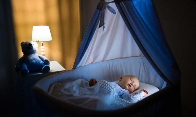 Streng genommen braucht ein Baby auch kein komplett eingerichtetes Kinderzimmer, wenn es geboren wird. Es schläft ohnehin am besten im Schlafzimmer der Eltern und dort im eigenen Babybett  ( Foto: Shutterstock- FamVeld)