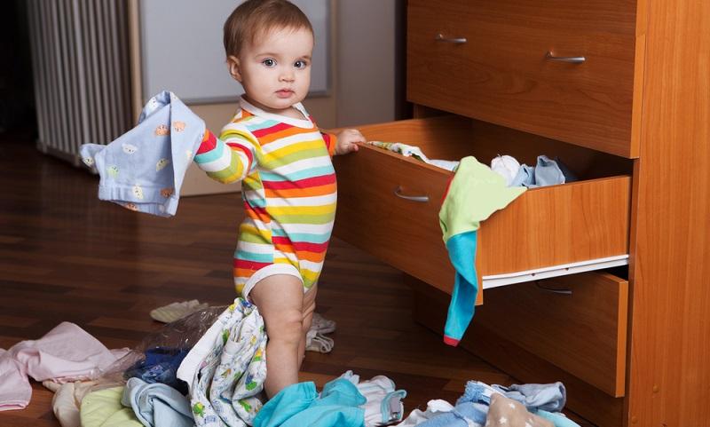 Vor allem junge Mütter kaufen gern und häufig Kleidung für das Baby ein. Hierfür reicht dann meist keine kleine Kommode mehr, denn Strampler, Bodys, Söckchen, Schlafsäcke für Sommer und Winter, Kleidung für draußen usw. brauchen unglaublich viel Platz. (Foto: Shutterstock- Ulza)