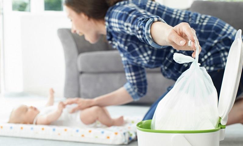 Zur Checkliste der Babyzimmer-Ausstattung gehört auch der Windeleimer, der bestenfalls absolut geruchsdicht schließt. (Foto: Shutterstock- SpeedKingz )