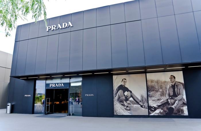 Auch eines der größten Einkaufszentren Deutschlands ist die Outletcity in Metzingen, eines der wichtigsten Factory Outlets in Europa.. Hier der Prada-Store. (Foto: shutterstock - Preisler)