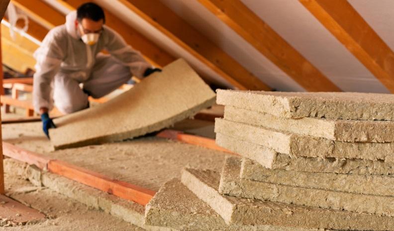 Bei der Wärmedämmung von Dächern gilt ein U-Wert von 0,14 für Schrägdächer, Kehlbalkenanlagen und Flachdächer. ( Foto: Shutterstock-Nagy-Bagoly Arpad )