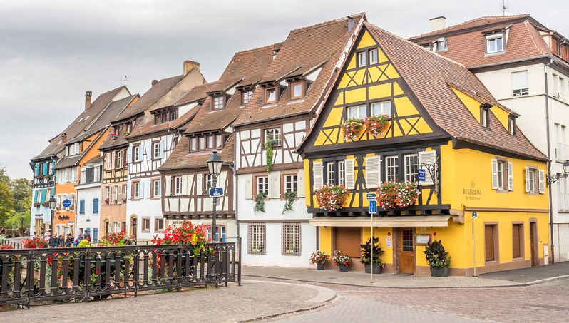 Bei alten Immobilien greift oftmals der Denkmalschutz und verhindert zum Beispiel eine optische Änderung der Fassade oder den Einbau von Fenstern, die anders aussehen. ( Foto: Shutterstock- _jeafish Ping )