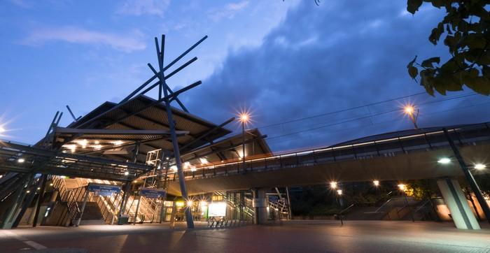 """Eines der größten Einkaufszentren Deutschlands ist das CentrO in Oberhausen. Hier sieht man die U-Bahn-Station """"Neue Mitte"""", faszinierender Dekonstruktionsstil mit herausragender Dach- und Säulenstruktur vor dem CentrO. (Foto: shutterstock - Henk Vrieselaar)"""