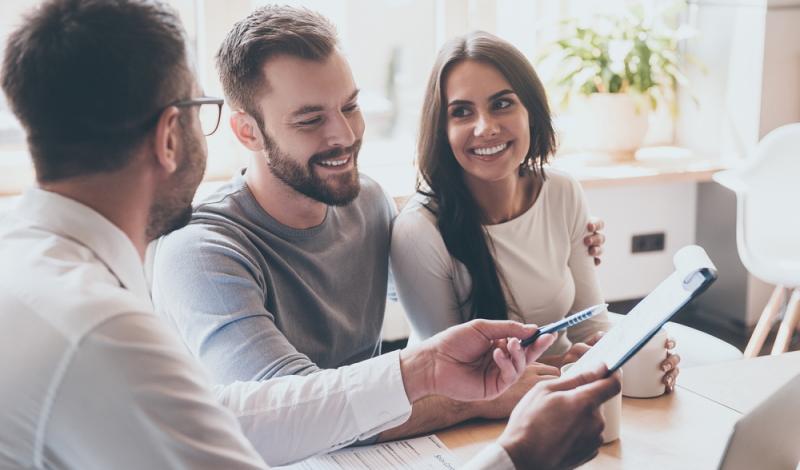 Neben der Karriere als Immobilienkaufmann gibt es noch viele andere Berufe in der Immobilienbranche (Foto: Shutterstock - G-Stock Studio)
