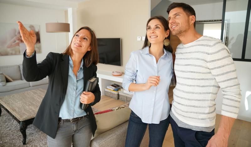 Wer als Immobilienkaufmann oder Immobilienkauffrau arbeiten möchte, muss bestimmte Voraussetzungen erfüllen. (Foto: Shutterstock - goodluz)