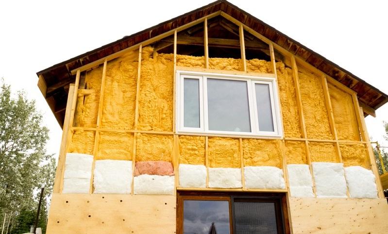 Mit <strong>Wärmedämmverbundsystemen</strong> werden Gebäude energetisch optimiert. ( Foto: Shutterstock- Pi-Lens  )
