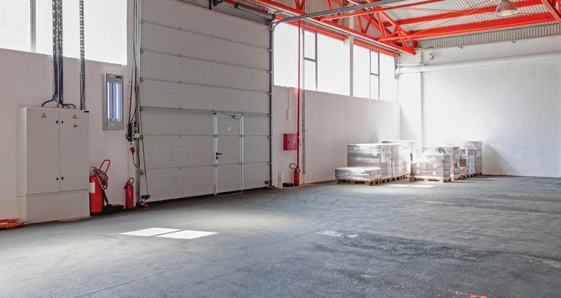 Innenwände und Tore müssen entsprechend den Vorschriften für Mittel- und Großgaragen aus nicht brennbaren Stoffen bestehen.  ( Foto: Shutterstock-Baloncici )