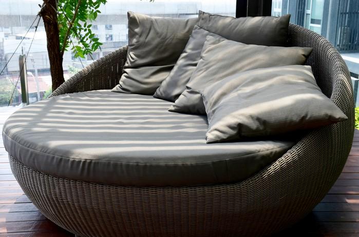 Soll die Gartenmuschel auf der Terrasse stehen, sollte man darauf achten, dass sie von ausreichend freiem platz umgeben ist. Gäste und auch man selbst will bequem um die Insel herumgehen können. ( Foto: shutterstock:  Kanyapak Lim )