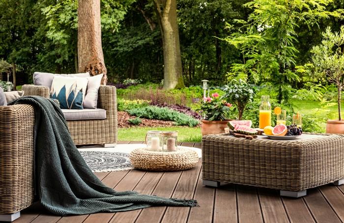 Kai Wiechmann ergänzte sein Sortiment um hochwertige Rattanmöbel. Die Möglichkeiten, seinen Garten zu gestalten, sind nicht zuletzt durch die Rattanmöbel sehr vielfältig geworden. (Foto: shutterstock - Photographee.eu)