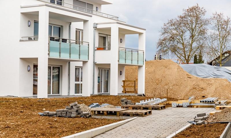 Der Kostenblock der Außenanlagen kann noch am ehesten in Sparmaßnahmen einbezogen werden, denn viele dieser Punkte können auch später noch erledigt werden.   ( Foto: Shutterstock-nnattalli)