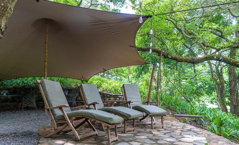 Eine sonnige Terrasse ist die meiste Zeit des Jahres ein angenehmer Ort zum Sitzen, Sonnen, Lesen und Entspannen - mit einer Tasse Kaffee oder einem kalten Getränk.  ( Foto: Shutterstock-OlegD )