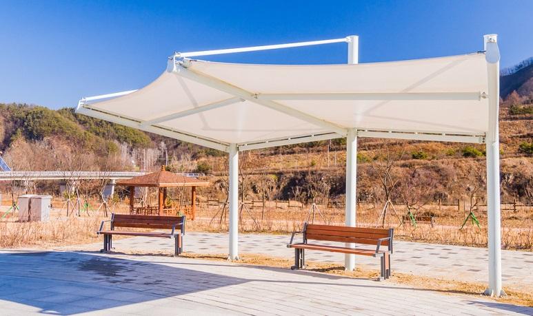 Sonnensegel, vor allem wenn sie mit der Seilspann-Technik arbeiten, können bei den Herstellern nach Maß in Auftrag gegeben werden.  ( Foto: Shutterstock-aminkorea)
