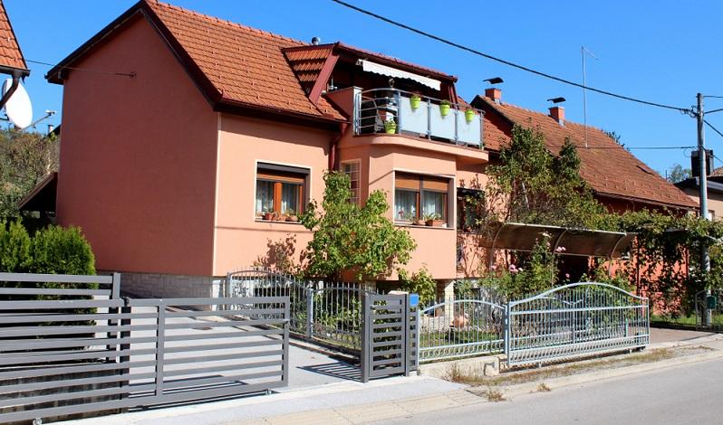 Wer fürs Heim einen Zaun erwerben will, sollte sich die Anbieter genau ansehen.  ( Foto: Shutterstock-Hecos)