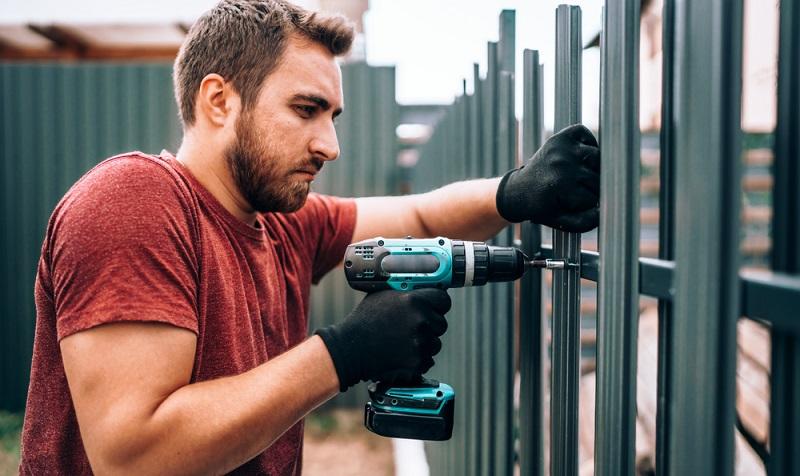 Den zu erwartenden Arbeitsprozess stellt man ebenfalls vor und verspricht eine <strong>technische Zeichnung</strong> für die zu erstellende Zaun-Anlage. ( Foto: Shutterstock- bogdanhoda_)