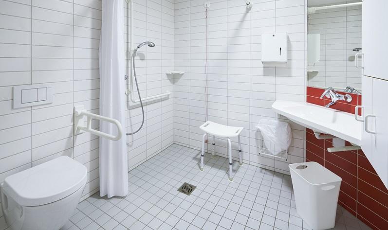 Fliesen sollten im Bad unbedingt rutschhemmend sein!  ( Foto: Shutterstock-upixa )