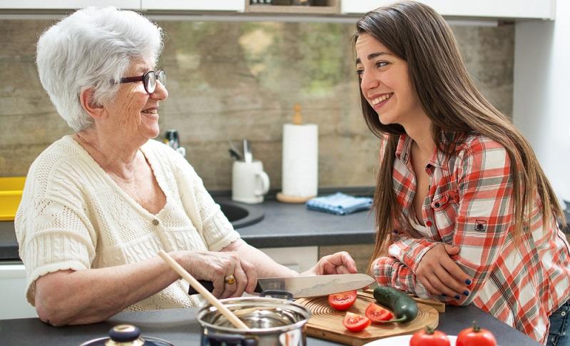 In der Küche sollten alle Ecken abgerundet sein, gerade an einzeln stehenden Schränken oder einer Theke sind Ecken gefährlich.  ( Foto: Shutterstock-Bojan Milinkov )