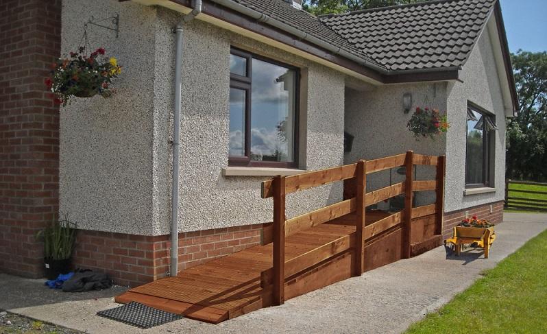 Der Eingang sollte möglichst ohne Treppenstufen auskommen und damit ebenerdig sein. ( Foto: Shutterstock-Ballygally View Images)