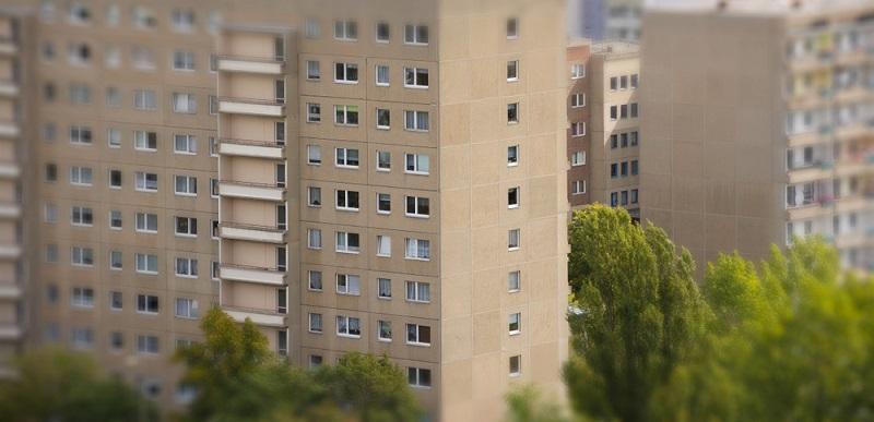 Gerade die alten DDR-Plattenbauten sind besonders günstig in der Miete, allerdings ist hier der erwähnte Komfort nicht allzu sehr gegeben.  ( Foto: Shutterstock-_DesignRage)
