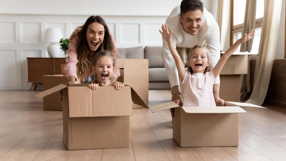 Für eine günstige Mietwohnung muss man oft lange suchen ( Foto: Shutterstock-fizkes)