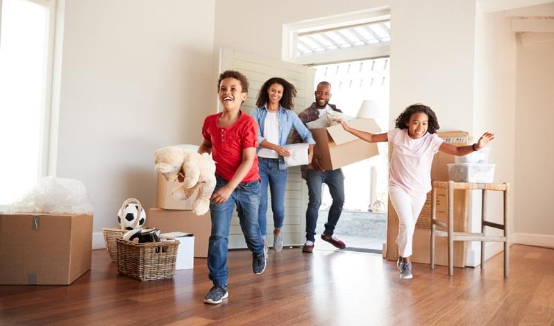 Die Menschen wollen aus den Innenstädten weg. Zu laut, zu viele Menschen, zu teuer: Gründe dafür gibt es viele. ( Foto: Shutterstock- Monkey Business Images)