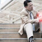 Knieschmerzen beim Treppensteigen: Vorsicht bei den ersten Anzeichen!