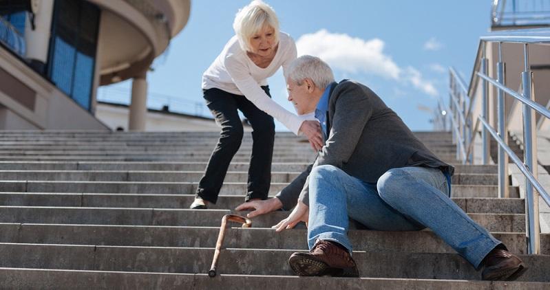 In vielen Fällen schmerzen die Knie beim Treppensteigen nur, weil sie aktuell überlastet sind. Vielleicht hat der Patient mit einer neuen Sportart begonnen oder das Training einfach übertrieben. ( Foto. Shutterstock-_Dmytro Zinkevych  )