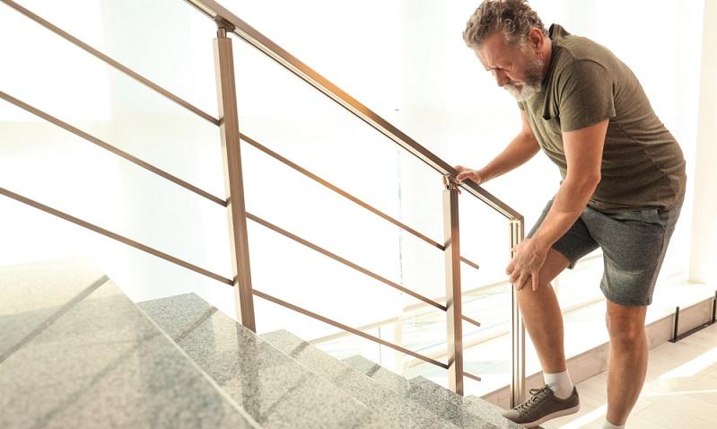 Im Jahre 2015 wurden Studienergebenisse veröffentlicht, nach denen Schmerzen im Knie, die sich beim Treppensteigen zeigen, auf eine Arthrose im Kniegelenk zurückzuführen sein könnten.  ( Foto: Shutterstock- New Africa _)
