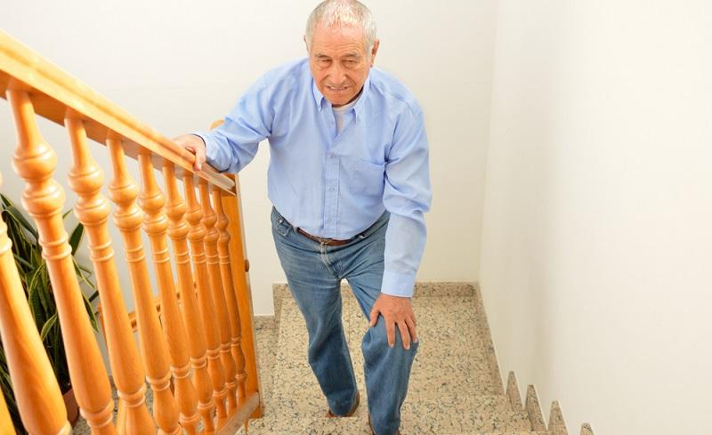 Knieschmerzen beim Treppensteigen treten auch nach einem Schlaganfall auf.  ( Foto: Shutterstock-cunaplus)