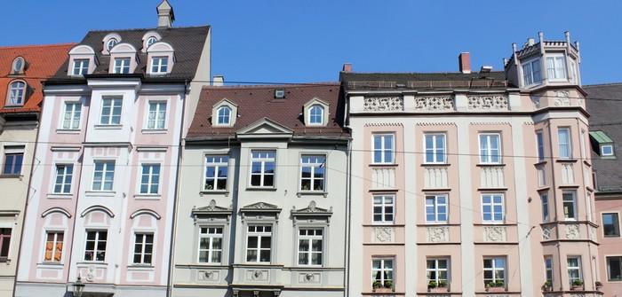 Brandwand über Dach: Soviel Zentimeter sind Pflicht (Foto: shutterstock - ArTono)