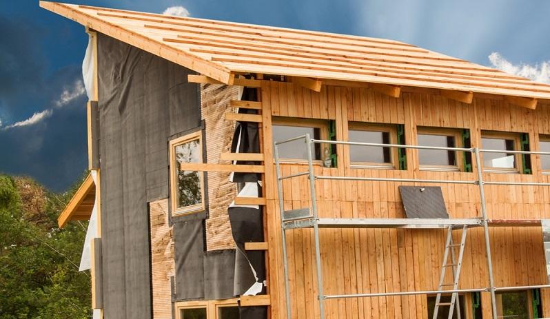 Der natürliche Farbton einer Holzfassade schwindet recht schnell, setzt man das Holz der Witterung aus.  ( Foto: Shutterstock- Marsan )