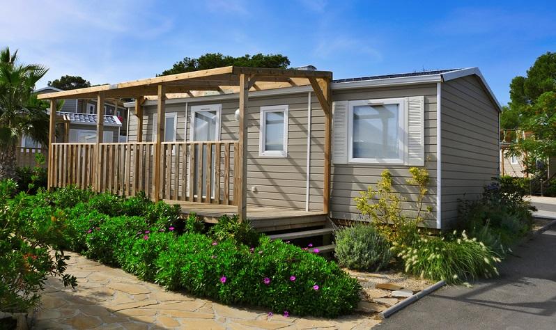 Für das Wohnen im Mobilheim auf eigenem Grundstück sind zahlreiche Genehmigungen nötig.  ( Foto: Shutterstock- Nito)