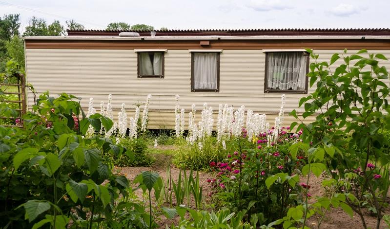 Wer also das Wohnen im Mobilheim auf eigenem Grundstück plant, muss sich unbedingt bei der zuständigen Baubehörde über die aktuell geltenden Bestimmungen informieren.  ( Foto: Shutterstock-sauletas)