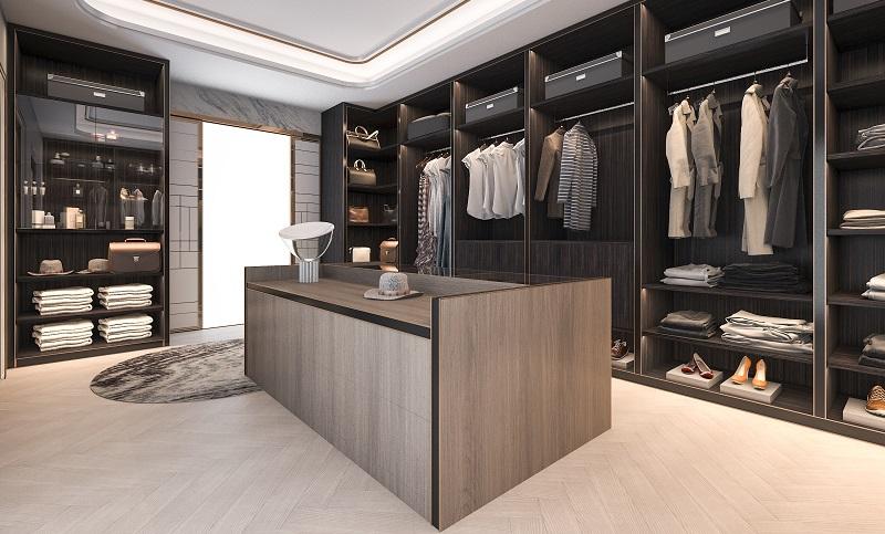 Das Ankleidezimmer kann eher klein sein und einem begehbaren Kleiderschrank ähneln. Es kann aber auch sehr groß sein, sodass in der Mitte eine Schrankinsel Platz findet.  ( Foto: Shutterstock-Beyond Time )