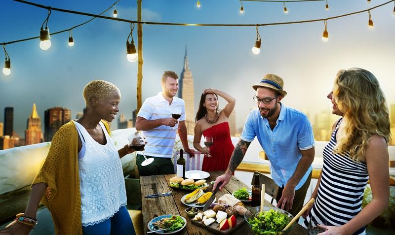 Wer keine feste Beleuchtung auf der Terrasse hat, sollte diese jetzt unbedingt installieren oder wenigstens Leuchtketten aufhängen.  ( Foto: Shutterstock- Rawpixel.com _)