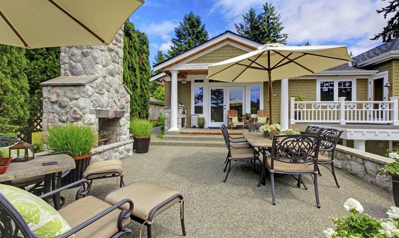 Hausbesitzer, die eine Terrasse planen, sollten dabei bereits die spätere Party zur Einweihung derselben im Blick haben. ( Foto: Shutterstock-_Artazum)