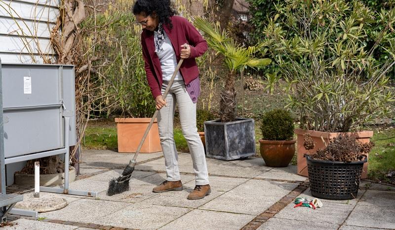 Vor der Party muss unbedingt die Terrasse gereinigt werden.( Foto: Shutterstock-_Claudine Silaho Weber)