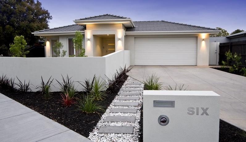 Nun muss geklärt werden, wo der Gartenzaun errichtet werden darf. Ist er direkt auf die Grenze zu stellen oder muss das Grundstück mit dem Zaun praktisch verkleinert werden? ( Foto: Shutterstock-_Jodie Johnson)