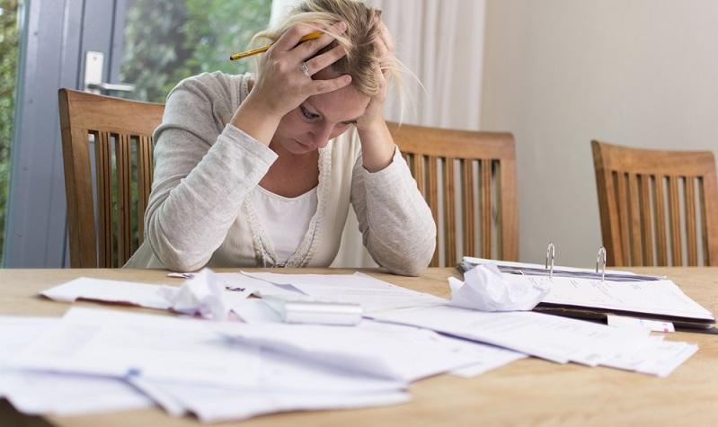 Eine Zwangsversteigerung droht immer dann, wenn die vereinbarten Zahlungsraten für den Kredit bei der Bank nicht mehr beglichen werden können. ( Foto: Shutterstock-Twin Design )
