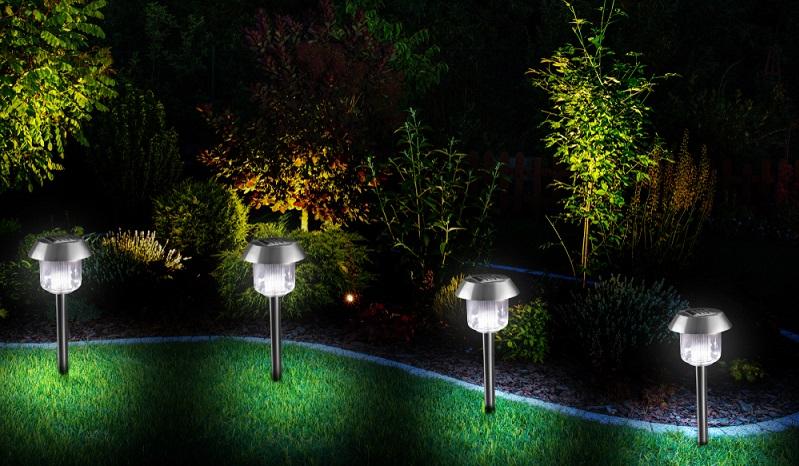 Die modernen Gartenleuchten geben uns ein Gestaltungswerkzeug an die Hand, das uns Stellen im Garten betonen lässt. ( Foto: Shutterstock-_free Jewellery stock )