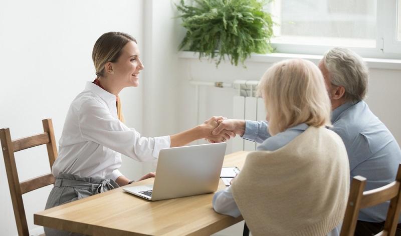 Nicht nur, dass es einfacher ist, den Makler beauftragen und suchen lassen zu können, auch die Beratung stimmt hier.  ( Foto: Shutterstock-fizkes)