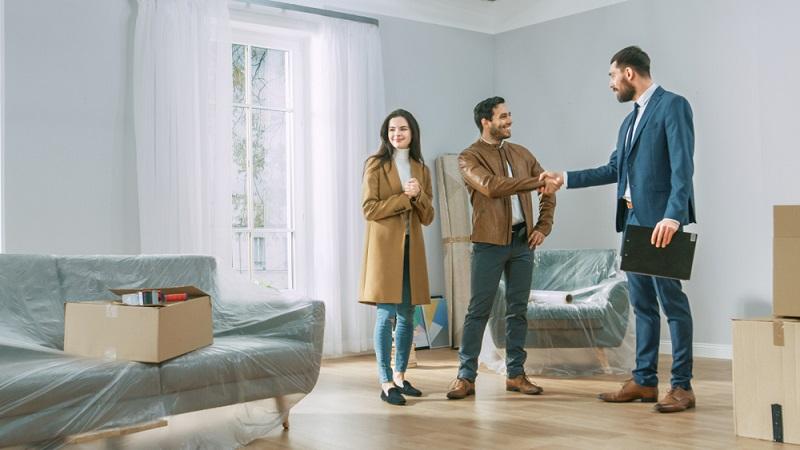 Wer eine Immobilie sucht, kann mehrere Makler gleichzeitig beauftragen.  ( Foto: Shutterstock-Gorodenkoff )