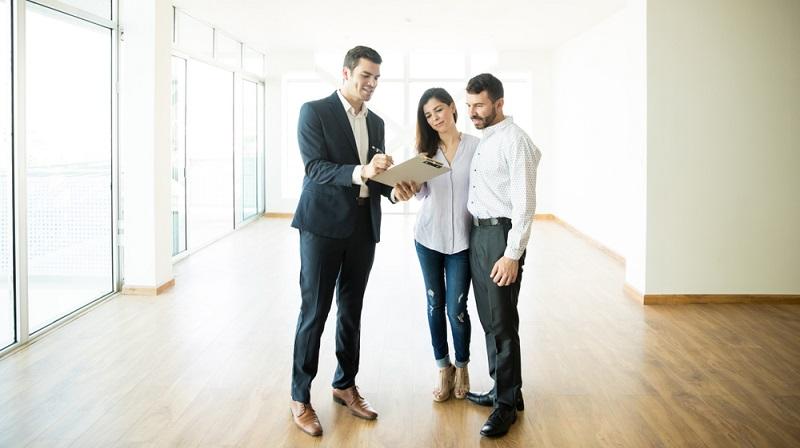 Wer die Wohnungssuche gelassener angehen möchte, sollte einen Makler beauftragen. ( Foto: Shutterstock-antoniodiaz)