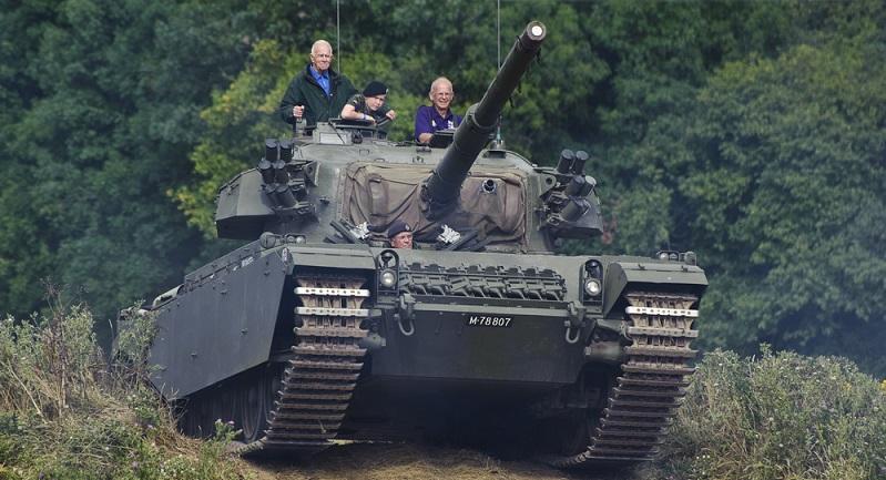 Schon lange gibt es die Möglichkeit, einmal mit dem Panzer zu fahren. In unwegsamem Gelände kann dann nach vorheriger Buchung das Kraftpaket gesteuert werden, was sicherlich ein tolles Erlebnis darstellt.  ( Foto: Shutterstock-Matt Gibson  )