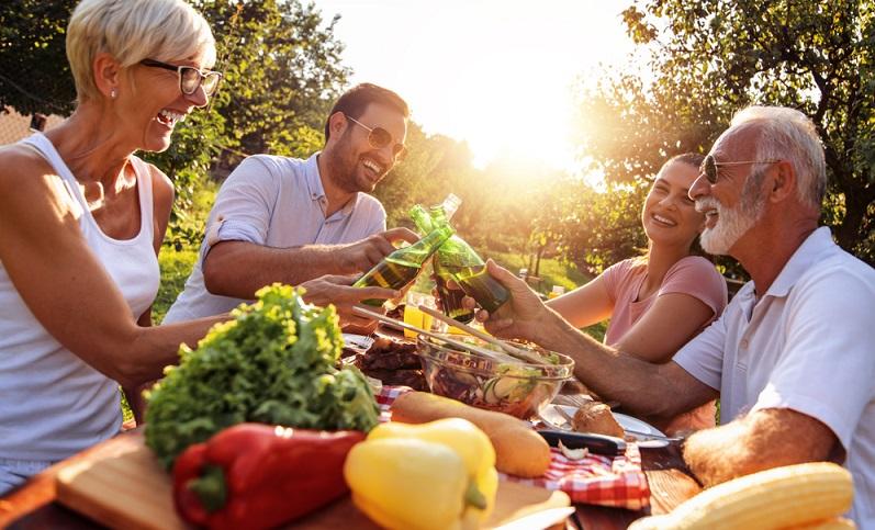 Und noch ein Trend, der sich zum Motto für die nächste (gesunde) Party gestalten lässt: Partys auf der Terrasse oder im Partykeller werden jetzt mit Obst und Gemüse gefeiert!  ( Foto: Shutterstock-Ivanko80_)